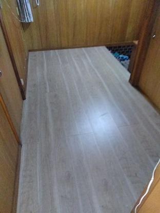 廊下の床を補修(フローリング増し張り工事)